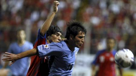 SPILTE FRA HELE KAMPEN: Cristian Bolaños (bak). (Foto: Fernando Vergara/AP)