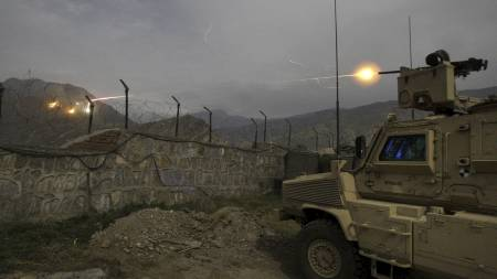 Amerikanske styrker skyter mot talibankrigere i Kunar-provinsen i Afghanistan. (Foto: David Guttenfelder/AP)