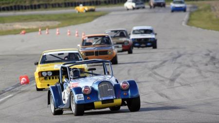 Knut Hallan ble Norgescupvinner i norsk baneracing i 2009. Bilen er en Morgan med en V8-motor. dette bildet er fra Vålerbanen, og bak seg har hallan en Volkswagen Scirocco, en BMW 2002 Tii, og en Ford Escort MK2 BDA.