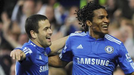 Chelsea's Florent Malouda (R) celebrates scoring against Wolverhampton Wanderers with teammate Joe Cole during their English Pr (Foto: TOBY MELVILLE/REUTERS)
