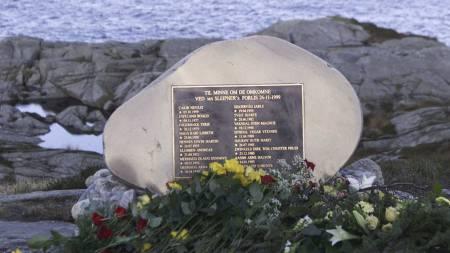 MINNESMERKET: Et minnesmerke med navnene på de 16 som mistet livet i Sleipner-ulykken, ble avduket  like ved Ryvarden fyr i Sveio. (Foto: Hansen, Alf Ove/SCANPIX)