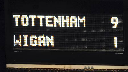 UTROLIG RESULTAT: Det var nok mange Tottenham-supportere som tok bilde av resultattavla på White Hart Lane søndag. (Foto: ADRIAN DENNIS/AFP)