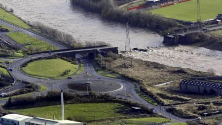 ENORME VANNMASSER: Kraftig regn førte til høy vannstand i Derwent-elven. (Foto: Peter Byrne/AP)