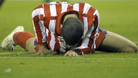 DEPPER: Álvaro Domínguez og Atlético-spillerne var sønderknuste etter nok et skuffende resultat. (Foto: MIGUEL RIOPA/AFP)
