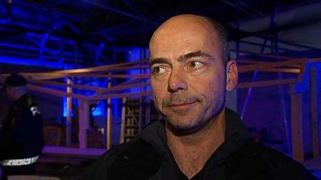 TENKER PÅ BARNA: Ansvarlig for Pepperkakebyen, Steinar Kristoffersen, fikk beskjed om at Pepperkakebyen var knust klokken syv søndag morgen.  (Foto: TV 2)
