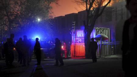 Sikkerhetsstyrker ved eksplosjonsstedet utenfor Serena Hotel i Kabul. (Foto: MASSOUD HOSSAINI/AFP)