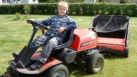 Her er Gabriel bak rattet på super-gressklipperen sin.