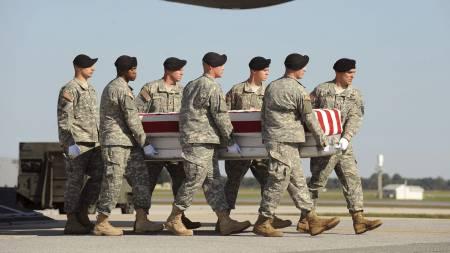 DØDSTALL: Slike bilder har blitt et altfor vanlig syn. Hittil har 1000 soldater mistet livet i kamp i Afghanistan. (Foto: MICHAEL REYNOLDS/EPA)