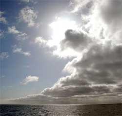En varmfront kommer inn fra vest, og skygger for solen. (Foto: Ronald Toppe)