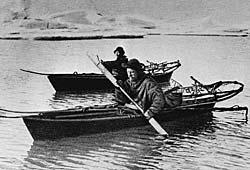 Hjalmar Johansen og Fridtjof Nansen på padletur før de bryter   opp fra «Fram» og forsøker å nå frem til Nordpolen.
