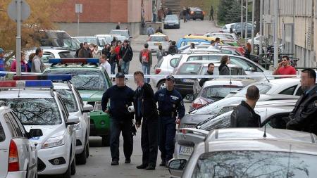 Politimenn holder vakt ved det avstengte området etter skuddløsningen på universitetet i Pecs. (Foto: Ferenc Kalmandy)
