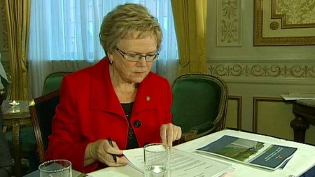 FIKK RAPPORT: Samferdselsminister Magnhild Meltveit Kleppa (Sp)   fikk mandag overlevert rapporten fra Statens vegvesens sikkerhetsutvalg   om tiltak mot ulykker. (Foto: TV 2)