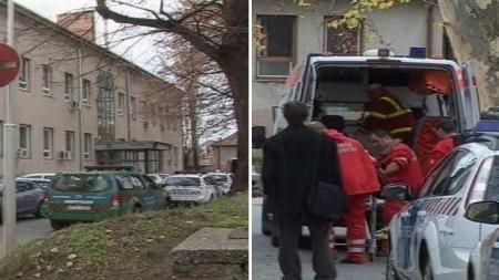 Ambulansepersonell frakter bort skadde studenter. (Foto: Magyar Televizió  )