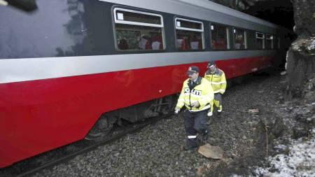 KJØRTE PÅ STEIN: Et togsett sporet lørdag av sør for Hell stasjon i Nord-Trøndelag. Det ble ikke meldt om personskader i forbindelse med avsporingen som skyldtes en stor stein på skinnegangen. (Foto: Kallestad, Gorm/SCANPIX)