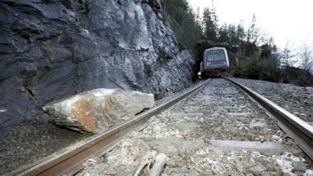 AVSPORING: Et lokaltog sporet lørdag av sør for Hell stasjon i Nord-Trøndelag. Det ble ikke meldt om personskader i forbindelse med avsporingen som skyldtes en stor stein på skinnegangen. (Foto: Kallestad, Gorm/SCANPIX)