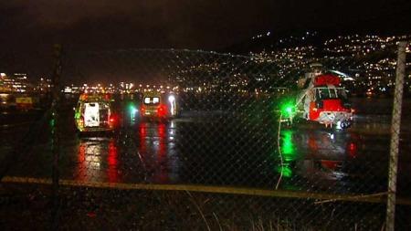 TO ALVORLIG SKADD: Ei jente og ei kvinne ble fraktet med helikopter til Haukeland sykehus etter at bilen de kjørte havnet i elva i Egersund fredag kveld. Her blir de skadde fraktet om bord  i ambulanser på Grønneviksøren i Bergen. (Foto: Jan Kåre Gåsemyr / TV 2)
