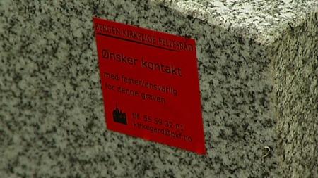KONTAKT: Det er mange gravminner som har røde lapper som etterlyser pårørende for å vite om de vil forlenge avtalen, eller sikre gravminnet slik at det ikke blir fjernet.  (Foto: TV 2)