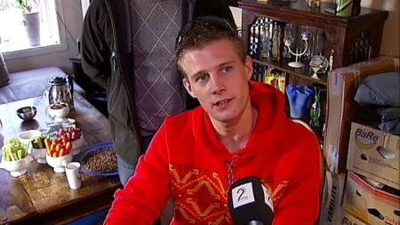 Rullestolbruker Julius Hagen risikerer å miste et tilbud som har fått ham ut i jobb. (Foto: TV 2)
