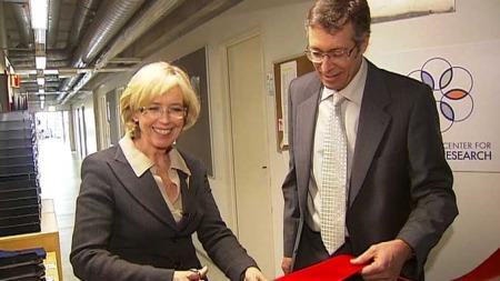 KLIPPET SNOREN: Helseminister Anne-Grete Strøm-Erichsen åpnet fredag Norges første nasjonale senter for stamcelleforskning. (Foto: TV 2)