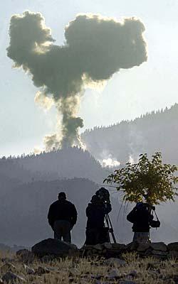 Amerikanske styrker angriper al-Qaida-stillinger i Tora Bora-området   15. desember 2001. (Foto: Romeo Gacad)