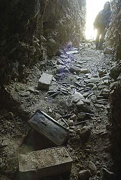 Mengder av ammunisjon ble funnet ved inngangen til en av hulene   i Tora Bora-komplekset. (Foto: Romeo Gacad)