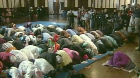FREDAGSBØNN I KIRKEN:Det er fire år siden Amina Wadud skapte overskrifter da hun ledet fredagsbønnen for en blandet muslimsk forsamling i New York.  Stedet var Cathedral of St. John the Divine, en anglikansk kirke på Manhattan. Ingen moskeer ville ta imot dem.