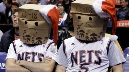 DÅRLIG JULESTEMNING: Stemningen sto ikke i taket blant New Jersey Nets-fansen etter det 18. strake tapet var et faktum. (Foto: SHANNON STAPLETON/REUTERS)