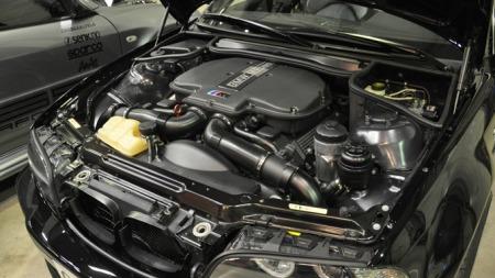 Dette ser ut som det kommer rett fra fabrikken, men det er ikke tilfelle. En BMW M3 som denne, ble aldri levert med V8. Her er det SS Performance fra Porsgrunn som har skohornet i en V8 - og i tillegg fått den godkjent!