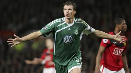 ENKEL MOTSTAND? Edin Dzeko og Wolfsburg får det lettere enn   forventet mot Manchester United. (Foto: LEE SANDERS/EPA)