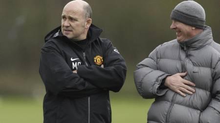HINTER OM DZEKO: Sir Alex Fergusons assistentmanager Mike Phelan. (Foto: JON SUPER/AP)