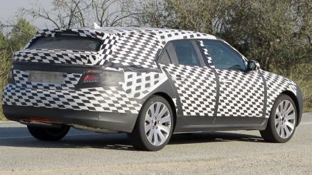 Dette er et spionbilde av Saab 9-5 stasjonsvogn, en bil som etter planen skulle komme på markedet i 2010. Nå går Saab under før den ble ferdig utviklet. (Foto: Scoopy)