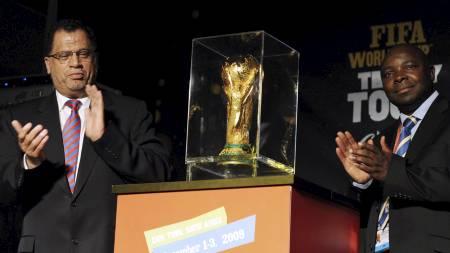 VM-POKALEN: VM-arrangørere viser stolt frem pokalen det skal kjempes om i 2010. (Foto: STR/AFP)