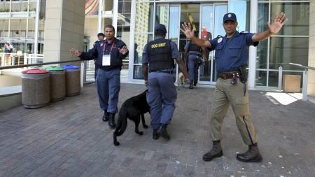 BOMBETRUSSEL: En journalist kom med bombetrussel foran fredagens   VM-trekning (Foto: JON HRUSA/EPA)