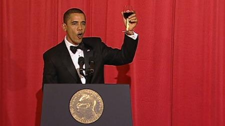 OBAMA PÅ NORSK: «For Alfred Nobel: Skål», avsluttet Barack Obama sin festtale med under middagen på Grand Hotel torsdag kveld. (Foto: TV 2)