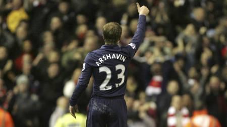 DA ALT VAR BRA: Andrei Arsjavin gir tommelen opp til Arsenal-fansen etter å ha scoret på Anfield i desember 2009. (Foto: Tim Hales/AP)