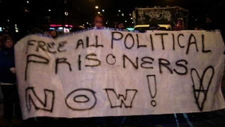 Budskapet til demonstrantene er klar: Fri alle politiske fanger nå! (Foto: TV 2/Kjetil Iden)