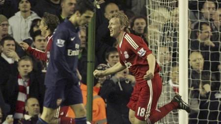 SCORET 1-0: Dirk Kuyt jubler etter å ha gitt Liverpool ledelsen mot Arsenal. (Foto: Tim Hales/AP)