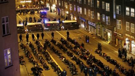 Politiet i København arresterte lørdag over 900 demonstranter. (Foto: CHRISTIAN CHARISIUS/REUTERS)