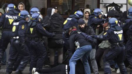 Da politiet fikk mulighet til å pågripe demonstrantene, slo de til. (Foto: DRESLING JENS/AP)