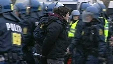 Rundt 200 demonstranter er arrestert i København. (Foto: APTN)