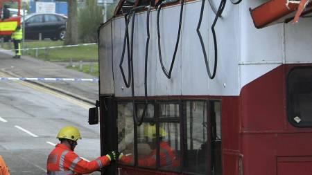 Bussen var sjanseløs da sjåføren forsøkte å kjøre under en togovergang. (Foto: David Jones/AP)