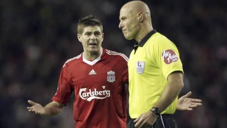 - HVA, IKKE STRAFFE? Steven Gerrard skjønner lite av at Howard Webb ikke ga ham straffe. (Foto: Tim Hales/AP)