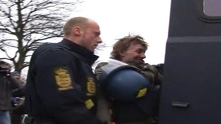 Her blir en demonstrant tvunget inn i en politibil. 61 demonstranter   ble arrestert i København fredag 11. desember. (Foto: TV 2)