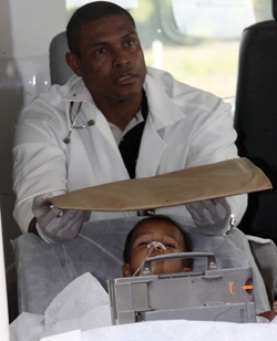 Leger har klart å fjerne flere av nålene som var stukket inn i den lille guttens kropp.