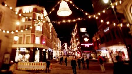Karl Johans gate i Oslo er pyntet til jul. (Foto: Solum, Stian Lysberg/SCANPIX)