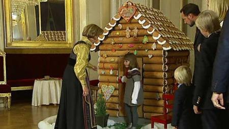 Både store og små var med på å pynte pepperkakehuset.  (Foto: TV 2)