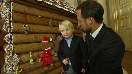 Sverre Magnus synes det var spesielt godt å spise pepperkakepynten.  (Foto: TV 2)