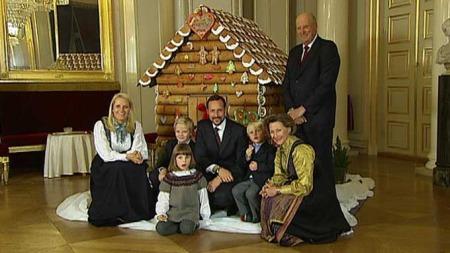 PEPPERKAKEFEST: Kongefamilien var pyntet og klare for å vise frem sitt pepperkakehus torsdag.  (Foto: TV 2)
