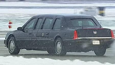 Presidenten kjører av gårde i sin spesialbygde Cadillac limousine, også kjent som «The Beast». (Foto: Reuters/)