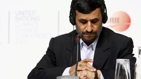 AVVISER: President Mahmoud Ahmadinejad sier dokumentene som angivelig beviser at Iran er i ferd med å utvikle en atombombe, er forfalsket. (Foto: CHRISTIAN CHARISIUS/REUTERS)